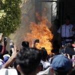 Una multitud de celulares se levantaron para captar el momento en que Ricardo y Alberto fueron quemados vivos.