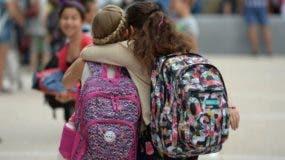 Además de acordar una palabra clave, los especialistas sugieren que no se ponga el nombre de los niños en su ropa o mochilas.