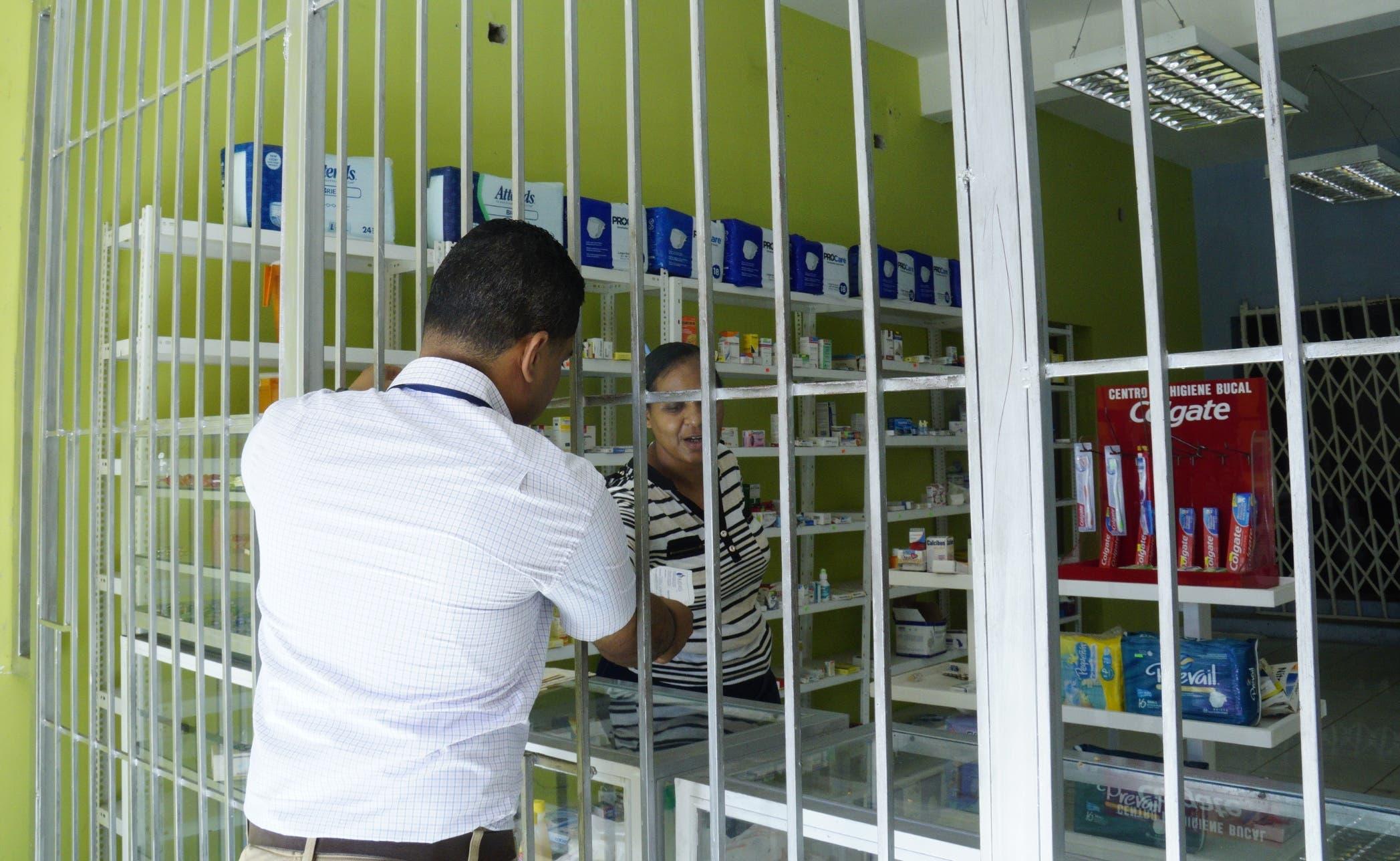 En sectores y urbanizaciones del Gran Santo Domingo se  aprecian comercios cubiertos de barrotes como forma de repeler a los delincuentes.  Elieser Tapia