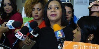 Anina del Castillo da detalles a la prensa.  Elieser Tapia