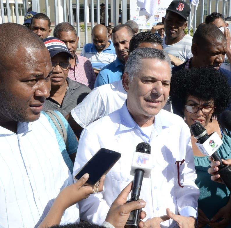 Grupo de persona incluyendo al ex diputado Manuel Jimenez,protestarón frente al ayuntamiento de Santo Domingo Este,encontra de los desalojo y la construción de la terminal de autobus en los tres ojos/foto Jose de Leon