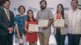 Ganadores del concurso muestran sus reconocimientos.