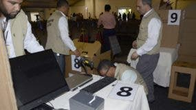 El personal  de Elecciones y Cómputos de la JCE     cuando instalaban los equipos.   José de León