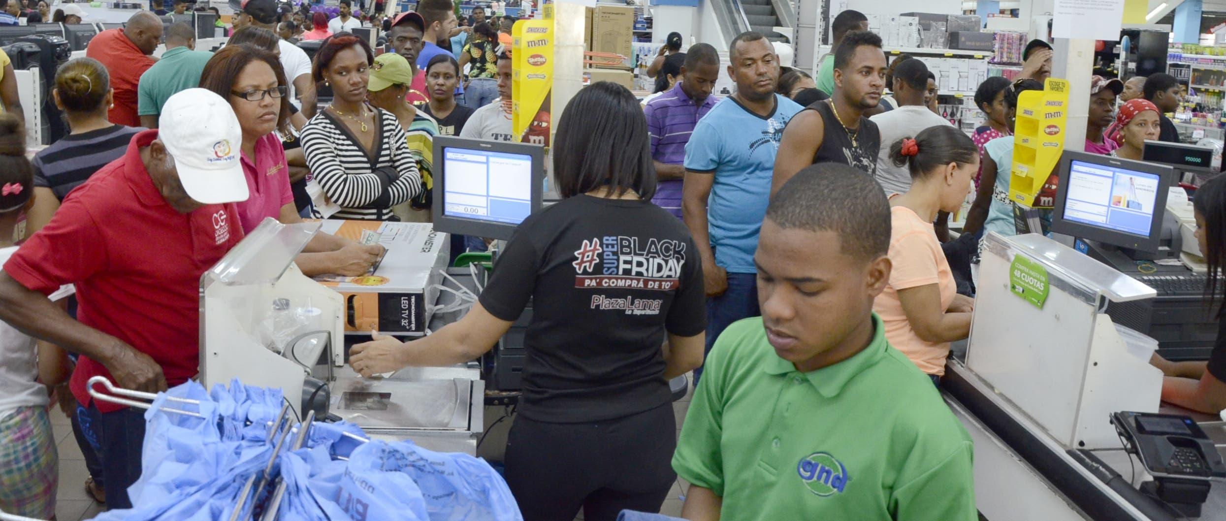 Los Consumidores aprovechan feriado de precios bajos en el país