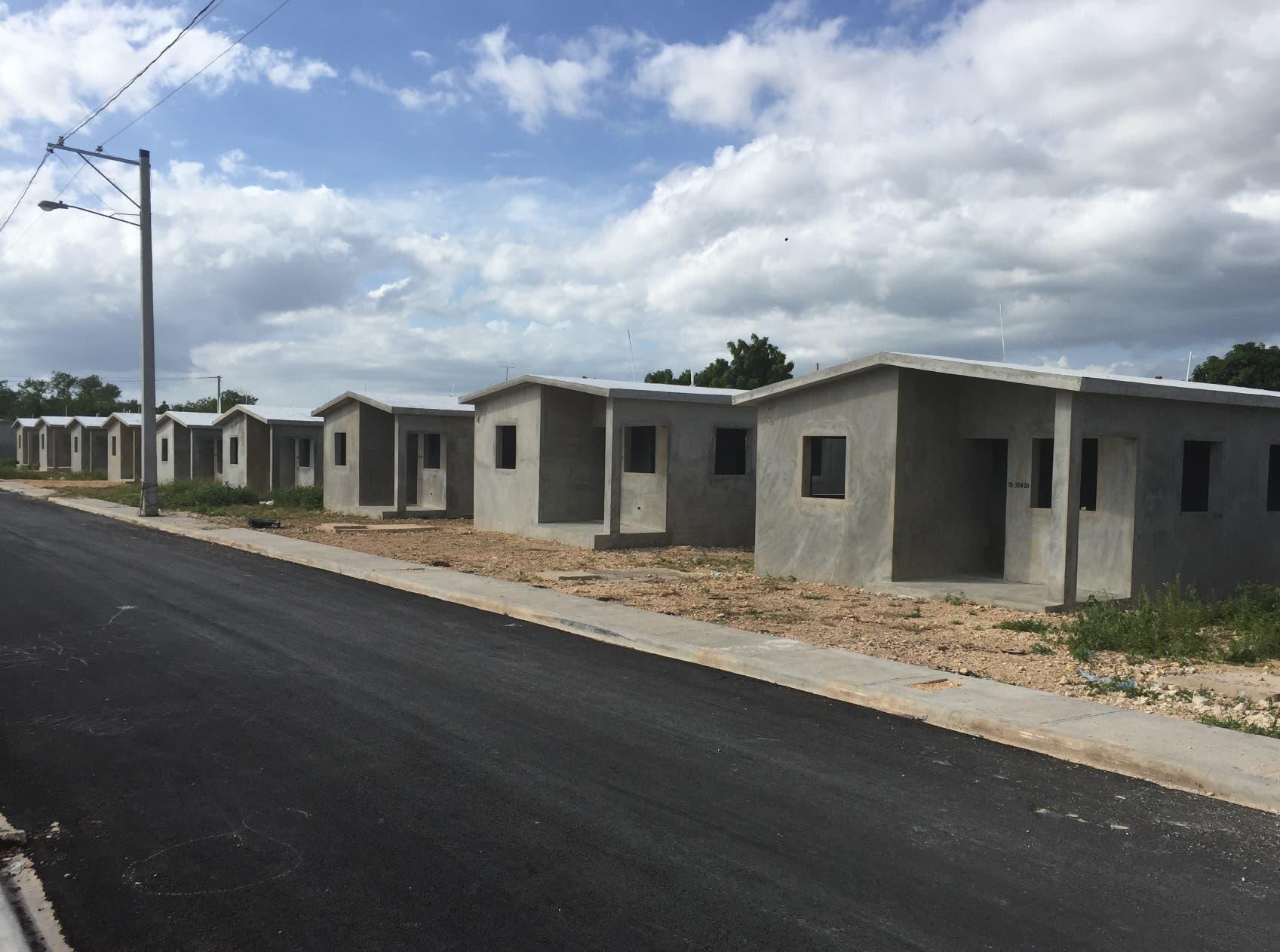 Central Romana beneficia a 16 familias con viviendas