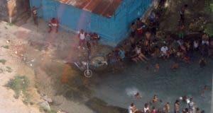 Los residentes se bañan en los afluentes contaminados. EXTERNA