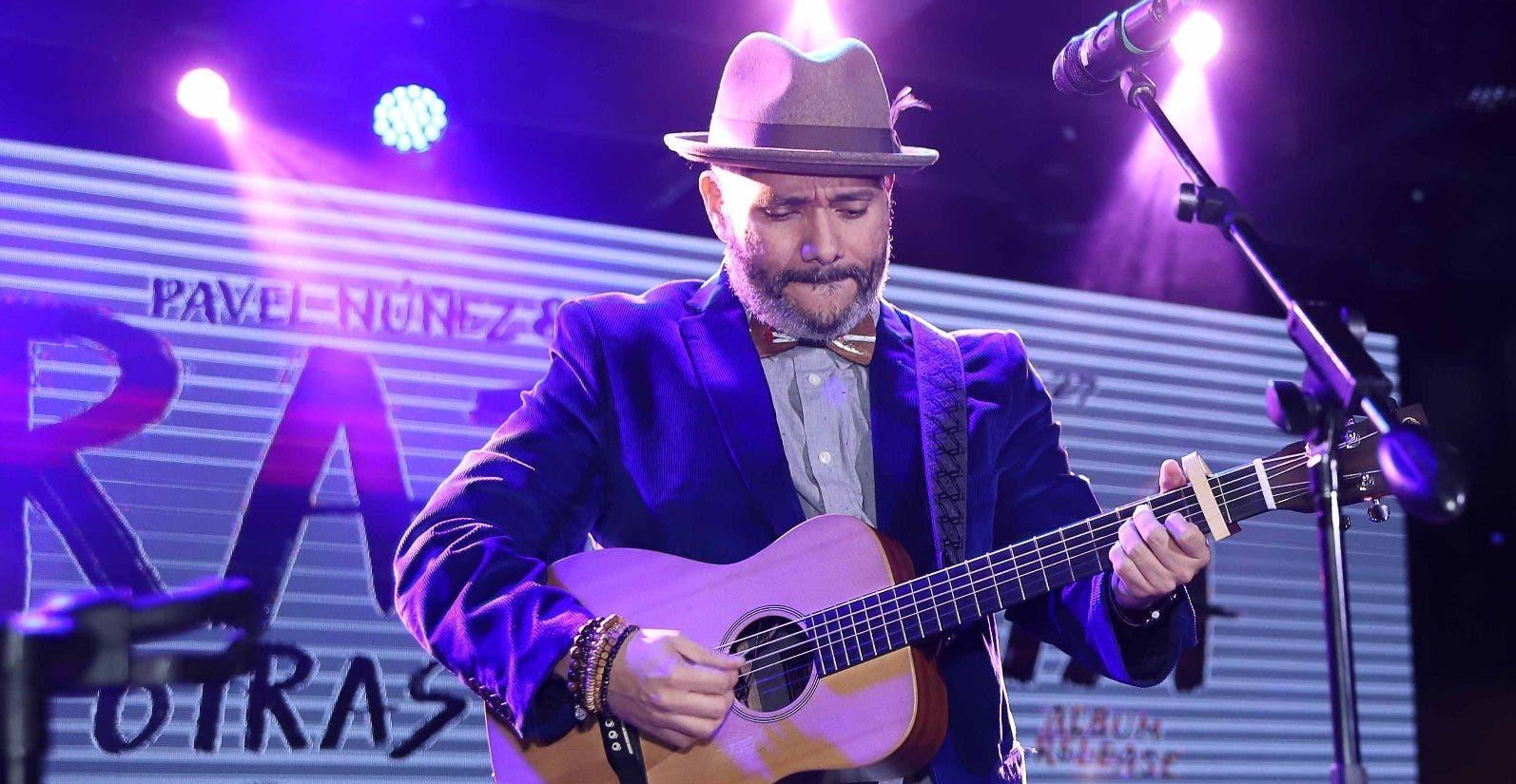 Pavel Núñez interpretó algunas canciones durante el encuentro con la prensa de espectáculos.  fuente externa.