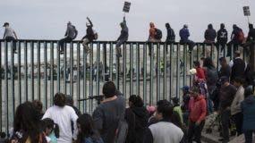 Una parte de los migrantes intentó cruzar de manera ilegal la frontera de Estados Unidos. Fueron atacados con gases.