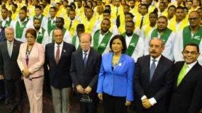 El presidente Medina junto a autoridades y líderes empresariales   que asistieron al acto.