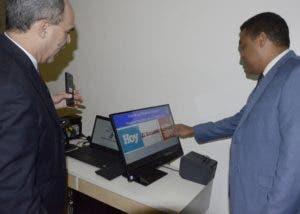 El director de EL DÍA en una prueba del sistema de votación.