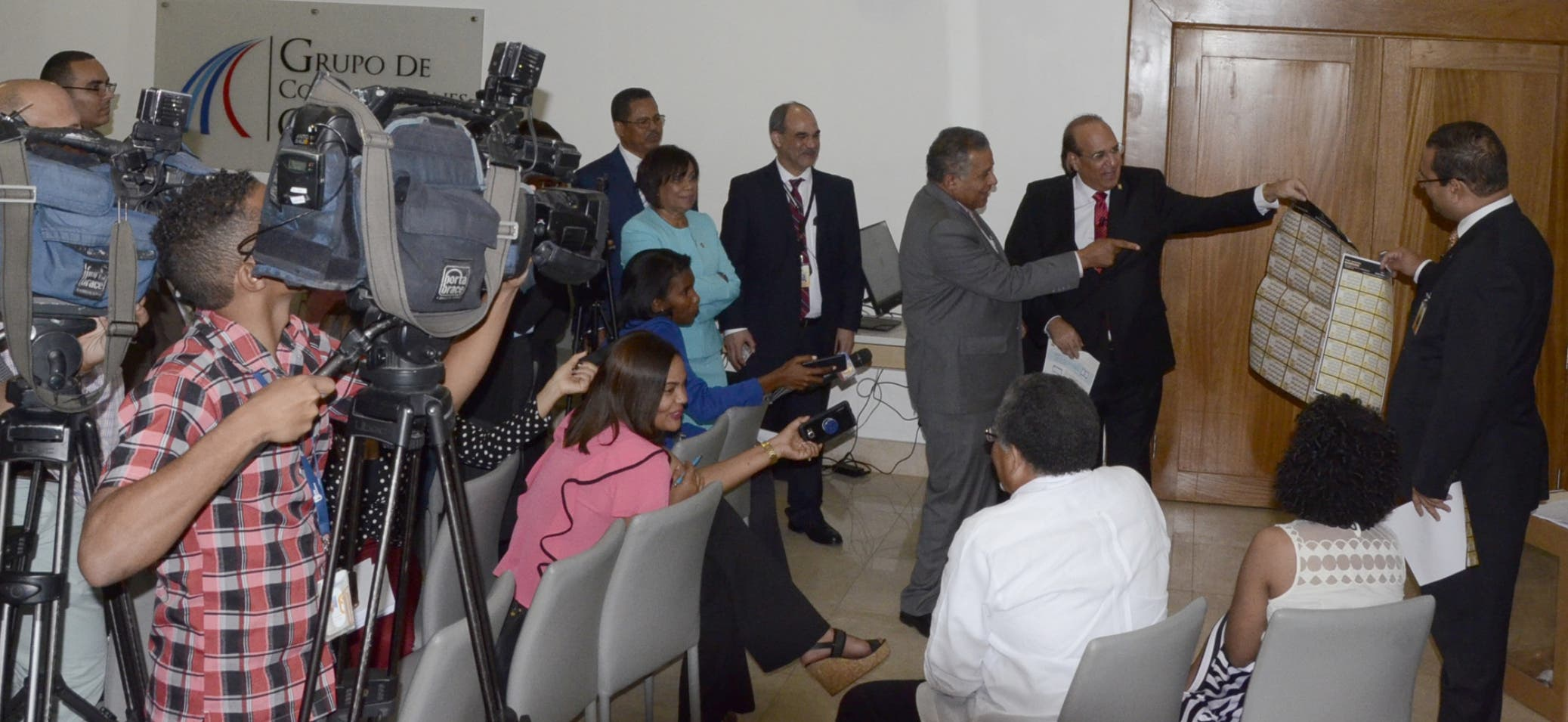 Julio César Castaños Guzmán muestra  a los presentes   un modelo  de las boletas en el nivel municipal que serán  utilizadas en las elecciones de 2020.  José de León