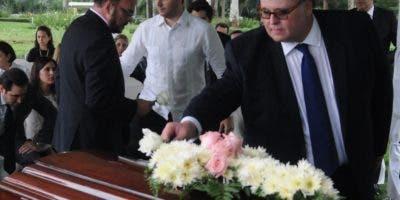Manuel A. Pellerano da el último adiós a su madre.  N. Monegro