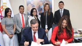 Pablo Wiechers y Robiamny Balcácer  en la firma del convenio.
