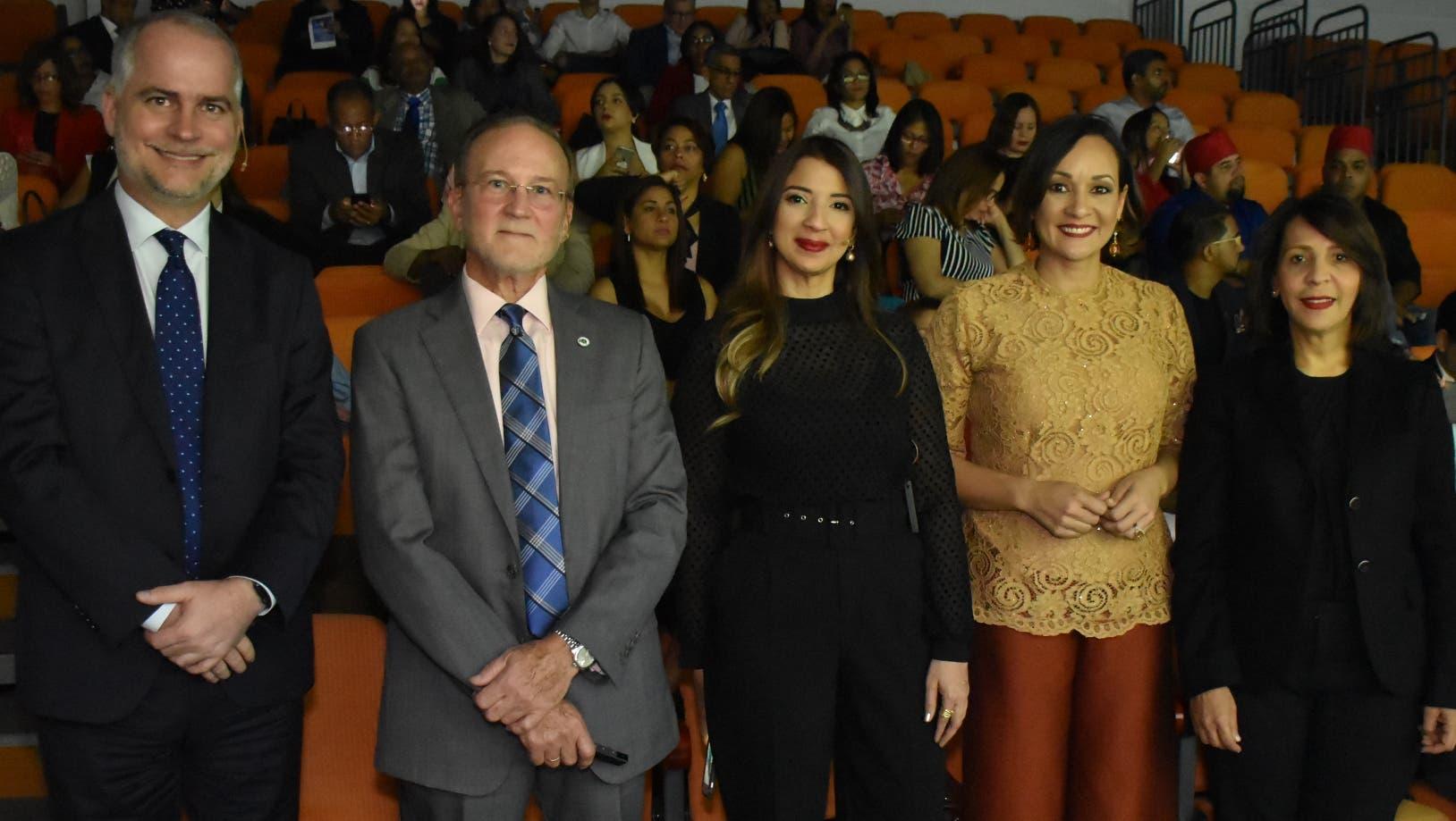 Alejandro Fernández W.,  Ignacio Méndez,   Gisel Castillo, Lady Reyes y Mildred Minaya, previo al inicio de la actividad.