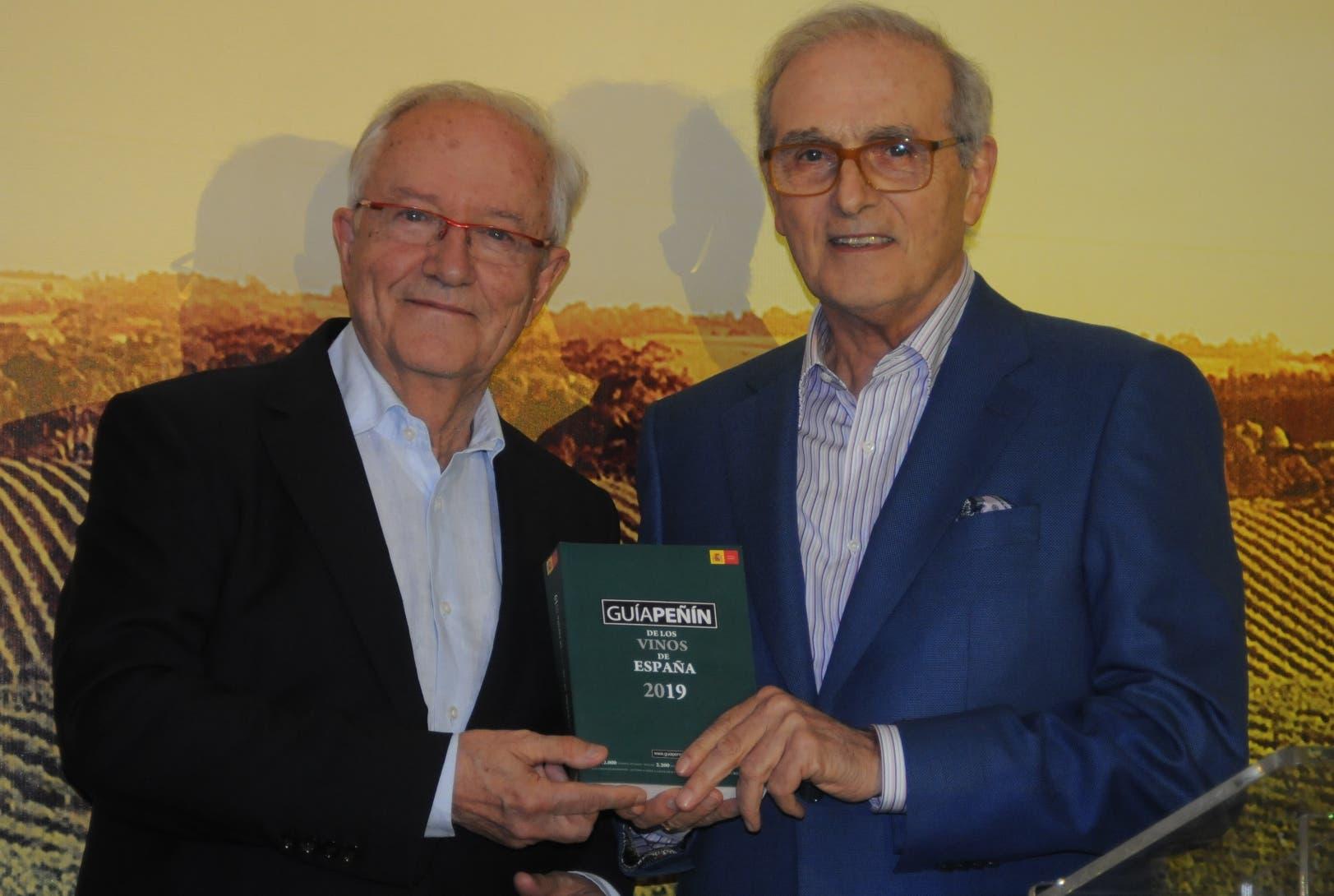 José Peñín entrega su más reciente guía de vinos al propietario de Supermercados Bravo,  Rafael Monestina.  Nicolás Monegro