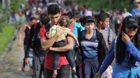 Algunos migrantes llevan consigo a sus niños, algunos menores de cinco años.