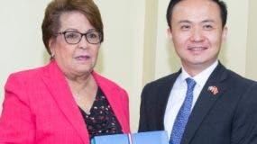 Alejandrina Germán y el embajador Zhang Run.  EXTERNA