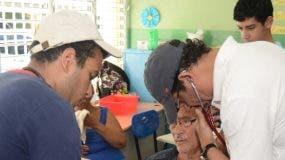 Doctor Pedro Ureña  chequea un  paciente.