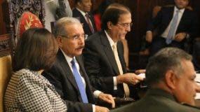 El presidente Medina encabeza la reunión de trabajo.