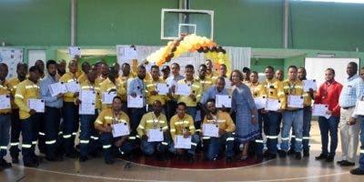 Los ejecutivos y empleados de Atal Caribe luego de la entrega de los reconocimientos.