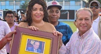 Reinaldo Pared Pérez recibe placa de reconocimiento.