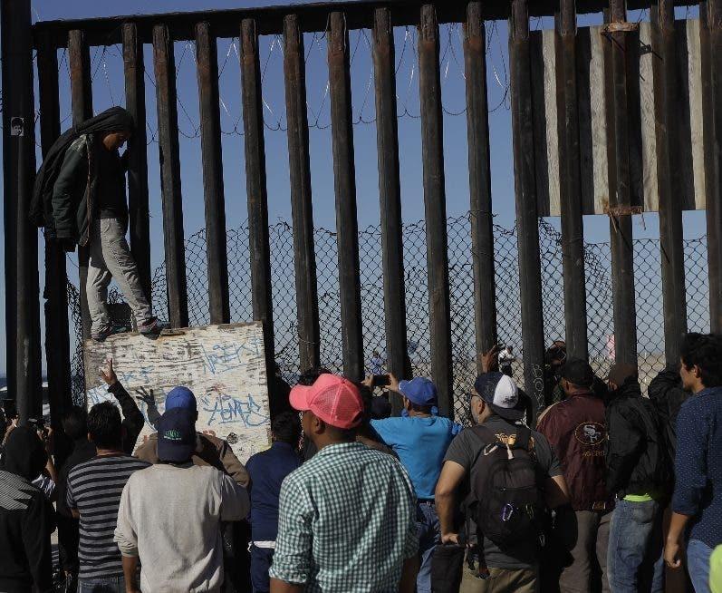 Parte de la caravana a las puertas de Estados Unidos.