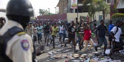 Los manifestantes  bloquearon las calles de Puerto Príncipe con  neumáticos incendiados.