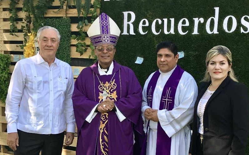 Leonardo Vargas, monseñor Faustino Burgos, padre Roberto Solano y Michelle Selman.