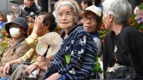 Crecimiento de la esperanza de vida y  baja tasa de natividad  ha envejecido la población.
