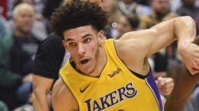 Lonzo Ball tiene la responsabilidad de orquestar el ataque de los Lakers en la duela. A P