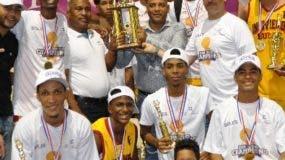 Los campeones de Invivienda celebran con el trofeo.