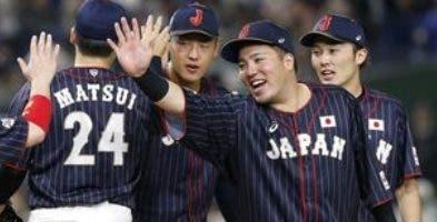 Los jugadores japoneses se saludan luego del triunfo. aP