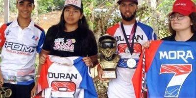 Los corredores Luis José Durán y Manny Mora son premiados.