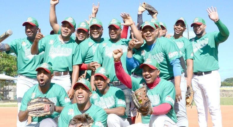 Jugadores  softbol  celebran una victoria .fuente externa