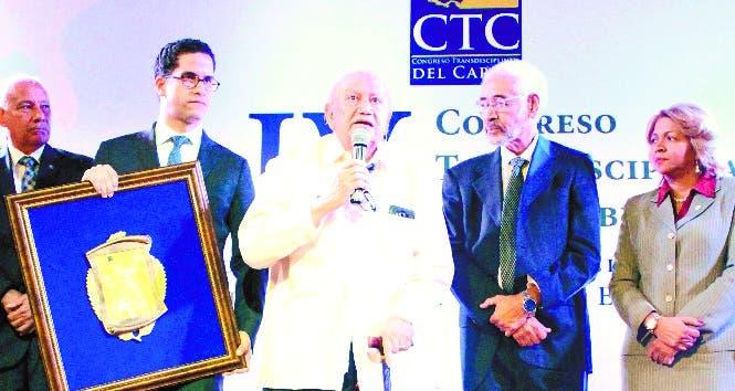 Marcio Veloz Maggiolo  recibiendo el reconocimiento.