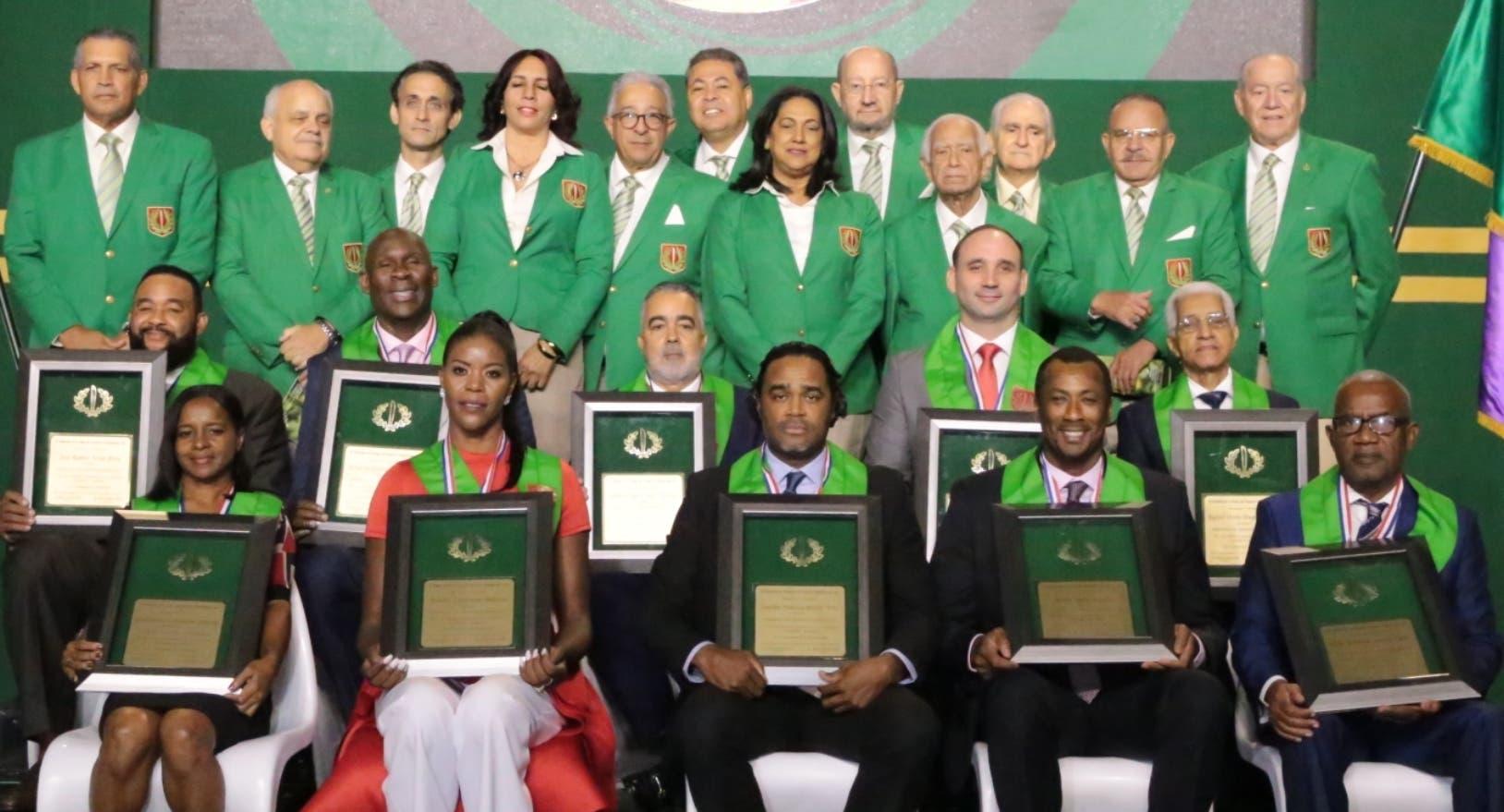 Los  exatletas instalados ayer en el Pabellón de la Fama  junto a los miembros del Comité Permamente.