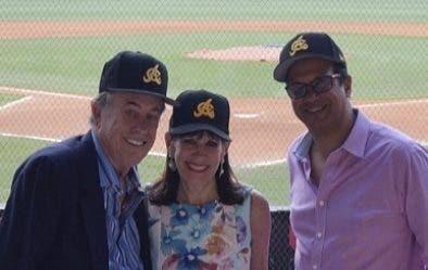 Los esposos Bernstein junto a Adriano Valdez Russo.