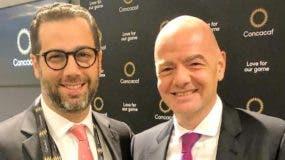 Gianni Infantino, derecha, y Manuel Luna.