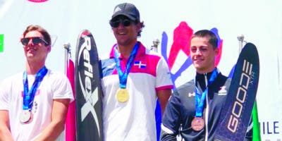 Robert Pigozzi, al centro, tras ganar la medalla de oro.