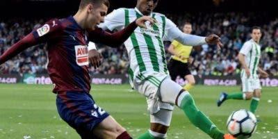 """El dominicano Héctor Junior Firpo, conduce el balón ante la """"persecusión"""" de un rival."""