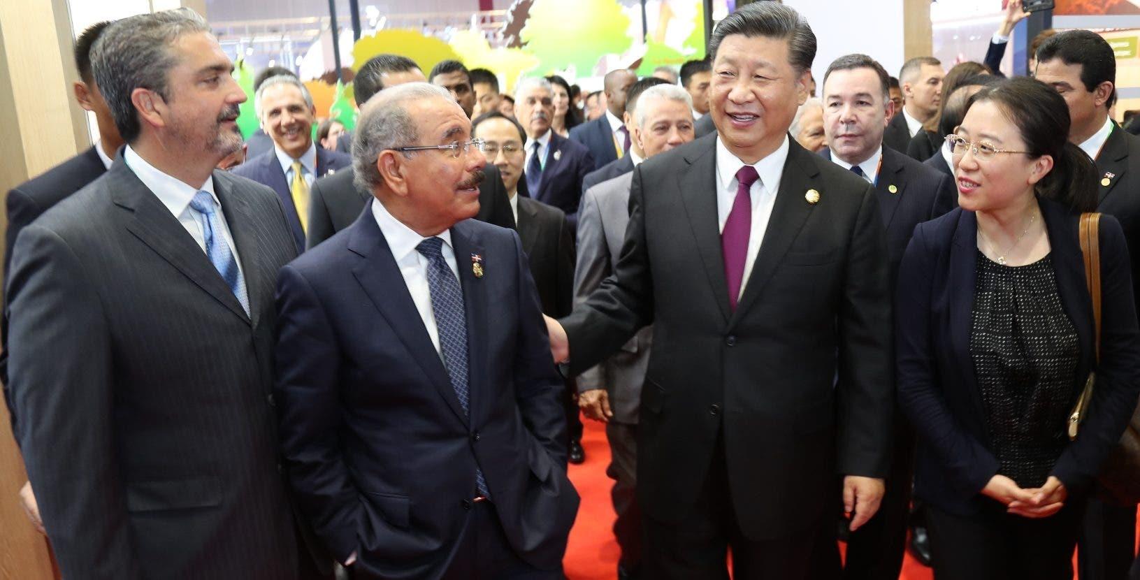 Los presidentes Xi Jinping y Danilo Medina recorren la Feria de Exportación de Shangái.  Fuente Externa