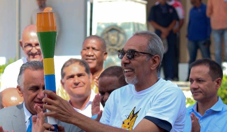 Luisín Mejía  entrega la antorcha al inmortal  Frank Prats.