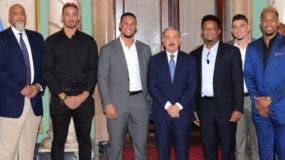 El presidente  Danilo Medina junto a los jugadores de GL.