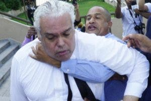 Abogado de Marlon es sujetado por familiares de Émely.