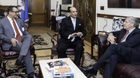 Los presidentes del Tribunal Superior Electoral y de la Junta Central Electoral, Román Jáquez y Castaños Guzmán, en la sede de la OEA con Luis Almagro.
