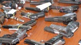 Las armas  incautadas por las autoridades en Haina. ARCHIVO