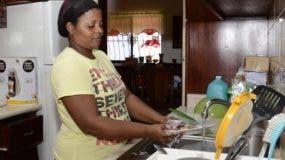 Las mujeres en  hogares monoparentales con menores de 15 dedican 24.6 horas .  ARCHIVO
