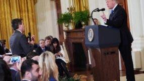 El incidente que generó la decisión de la Casa Blanca sobre Acosta ocurrió la semana pasada durante una rueda de prensa en la que Trump y él se enzarzaron en un tenso tira y afloja y provocó un forcejeo entre el periodista y una becaria de la oficina presidencial.