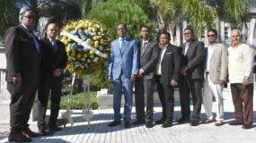 Autoridades universitarias encabezadas por el vicerrector de extensión, Antonio Medina depositan la ofrenda floral.