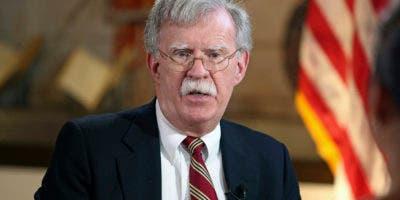 El asesor de Seguridad Nacional estadounidense John Bolton habla con el periódico Miami Herald en la Torre de la Libertad en Miami. AP